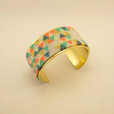 Manchette rigide en métal doré et motifs triangles en perles Miyuki dorées, grises, turquoises et saumons : Bracelet par geb-et-nout