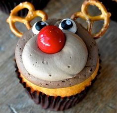 Learn how to make these adorable reindeer cupcakes using a gumball, pretzels, frosting, and chocolate mousse! These are the perfect Christmas desserts to serve at a party.