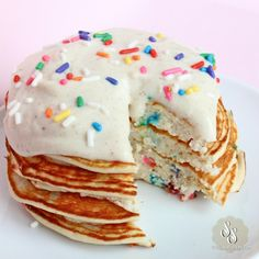 Funfetti Birthday Cake Pancakes - Healthy, low carb, paleo and gluten-free, with 17 grams of fiber and over 25 grams of protein Birthday Cake Pancakes, Birthday Breakfast, Breakfast Cake, Low Carb Breakfast, Breakfast Recipes, Protein Pancakes, Pancakes And Waffles, Healthy Treats, Healthy Desserts