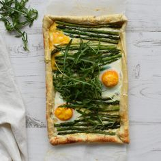 Check my vegetarian dinner recipe for green asparagus pie. This asparagus pie is a great recipe for spring, the best season for asparagus. Vegetarian Casserole, Veggie Casserole, Vegetarian Recipes Dinner, Asparagus Tart, Asparagus Recipe, Couscous Dishes, Cooking For Four, Oven Dishes