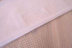 Δαντέλα Ύφασμα Κυψέλη FLC145142-W  Δαντέλα ύφασμα κυψέλη, πλάτους 1,5m σε χρώμα λευκό. Εξαιρετική ποιότητα και κομψό, διακριτικό σχέδιο για όμορφα δεσίματα. Δώστε ένα ρομαντικό, vintage ύφος στις δημιουργίες σας. Ιδανική για να δέσετε μπομπονιέρες, προσκλητήρια, μαρτυρικά, λαμπάδες γάμου και βάπτισης, κουτιά βάπτισης και λαδοσέτ. Χρησιμοποιήστε την ακόμα για διάφορες χειροτεχνίες και κατασκευές.Διαστάσεις: 1,5m x 1m