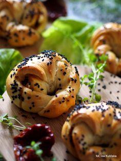 pyszne krucho-drożdżowe bułeczki nadziewane caponatą, suszonymi pomidorami i serem solankowym - idealne na imprezę i spotkanie z przyjaciółmi