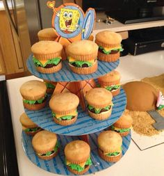 So Making these for Tyler on his Birthday! He LOVES Crabby Patties! lol vanilla cupcakes, fondant tinted yellow, buttercream icing tinted green and chocolate cupcakes to make the krabby patties. Fondant Cakes Kids, Cupcake Cakes, Spongebob Birthday Party, Birthday Party Themes, 25th Birthday, Birthday Ideas, Crabby Patties, C'est Bon, Amazing Cakes