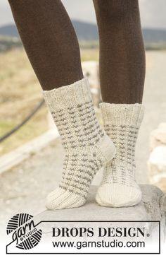 """Sweet'n Warm - Strikkede DROPS sokker i rib og mønster i """"Alaska"""" - Free pattern by DROPS Design"""