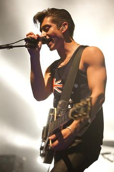 Alex Turner, where have you and your beautiful biceps been my whole life? #ArcticMonkeys