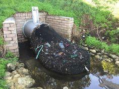 Cidades na Austrália colocam redes nas saídas de canos para que os plásticos e outros resíduos poluentes não cheguem aos rios e ao mar.
