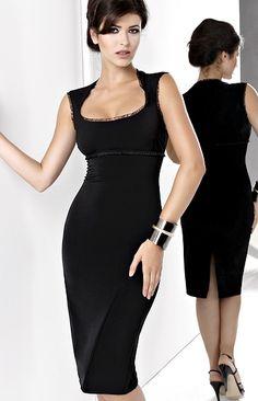 Jolie robe fourreau classique chic à jupe crayon et joli décolleté agrémenté d'un voile discret.