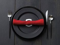 FUN place setting for Halloween! Via Horrific Finds