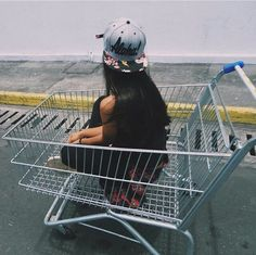 Pinterest • Yasmim Moraes ❤️ Foto Tumblr  Carrito de Supermercado chica Tumblr ✌️
