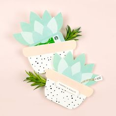 Cute Succulent Printable Gift Card Holder - Design Eat Repeat - Use this free template to make your own printable gift card holder. Perfect for teacher gifts, brida - Printable Gift Cards, Templates Printable Free, Free Printables, Gift Card Boxes, Gift Tags, Deco Cactus, Gift Card Presentation, Diy Wedding Favors, Party Favors