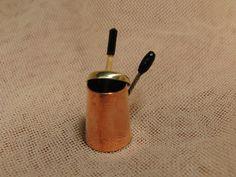 Chocolatera cobre con molinillo.