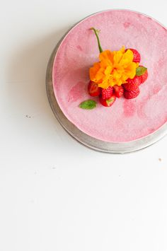 Raw vegan strawberry cheese cake. Gluten free | Refined sugar free | Only 8 ingredients