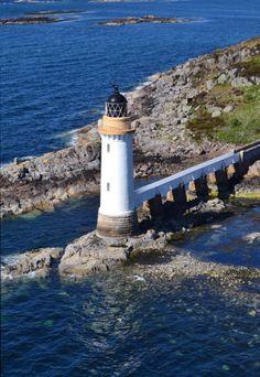Faro en Kyle of Lochalsh, Escocia, vista desde el puente de Skye.