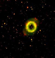 """Nebulosa Cheerio (NGC 6337). Es una pequeña nebulosa planetaria bipolar en la constelación de Scorpius. Posee un extenso halo alargado (un lóbulo en expansión), llamado flujo colimado bipolar. El anillo interior tiene una serie de """"nudos"""" luminosos que pueden ser nudos cometarios. Hay una región más oscura que rodea el anillo, además radiales """"rayos"""" que se proyectan en el halo y por último, dos lóbulos más pequeños que se extienden más allá del halo."""