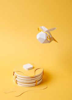 Do not worry, Bee happy! Paper Crafts Origami, 3d Paper, Paper Toys, Libros Pop-up, Food Sculpture, Artistic Installation, Paper Artwork, Bee Happy, Paper Models
