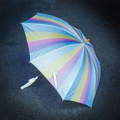 Der magische Einhorn Regenschirm in den Farben des Regenbogens und Güldenem Horn für wasserscheue Märchen-Prinzessinnen.