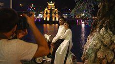 Hậu trường mùa cưới bên Hồ Hoàn Kiếm