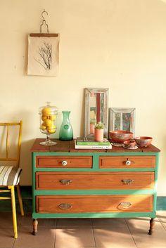 Uniendo piezas sueltas de distintos muebles decidimos darle vida a unacómodavieja. Las patas vienen de un respaldo de cama antiguo, la tap...
