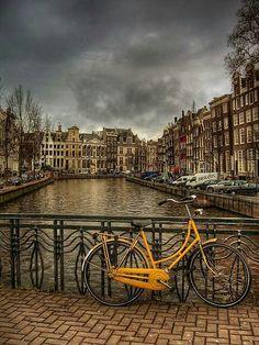 Amsterdam et les traditionnels vélos, une ville très accueillante et agréable à arpenter