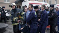 Ein Verletzter wird in Sicherheit gebracht: Eine Anti-Terror-Einheit...