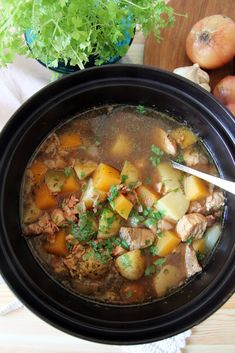 170 g pekonia 1 porsaan sisä- tai ulkofilee (noin 1/2 kg) tilkka soijakastiketta tai balsamico-etikkaa mustapippuria suolaa 8 kiinteää perunaa 1 sipuli 2 valkosipulinkynttä 1 lanttu 4 oksaa timjamia 4… Alsace, Curry, Ethnic Recipes, Food, Curries, Eten, Meals, Diet