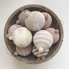 Smukke hæklede julekugler klar til juletræet. Find E-opskrift og kit på webben #kreadeluxe #julekugler #hækletjulepynt #økologiskbomuld… Crochet Christmas Decorations, Crochet Christmas Ornaments, Christmas Crochet Patterns, Holiday Crochet, Christmas Toys, Christmas Knitting, Crochet Patterns Amigurumi, Crochet Home, Diy Crochet