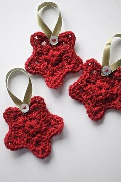 Free Pattern for this cute little Granny Star. You can make these individually or joined together for a garland or bunting. Crochet Christmas Decorations, Crochet Ornaments, Christmas Crochet Patterns, Holiday Crochet, Crochet Crafts, Crochet Projects, Crochet Stars, Crochet Snowflakes, Crochet Flowers