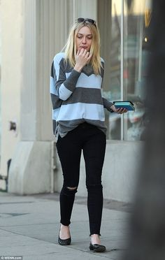 Dakota Fanning in ripped skinny jeans as she gets a manicure Day of beauty: Dakota Fanning strutted down the street in a pair of skinny jeans ripped strategically at the knees after a visit to a Los Angeles nail salon Outfits Otoño, Modest Outfits, Fashion Outfits, Hottest Female Celebrities, Beautiful Celebrities, Celebs, Dakota Fanning Style, Georgia, Ripped Skinny Jeans