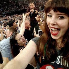 C'è chi lo ha già definito il selfie dell'anno. E' quello scattato dall'australiana Jessica Bloom al Qudos Bank Arena di Sydney.