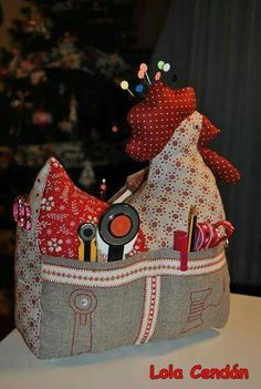 Galinha agulheiro alfineteiro kit costura - stuffed chicken that is also a sewing kit holder