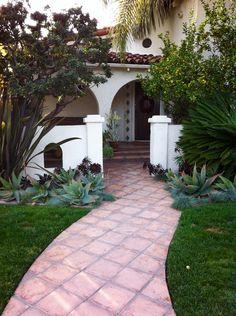 Bonita la entrada a la casa, puede comenzar del porton del muro a la puerta de la casa.