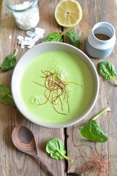 Mit frischem Blattspinat, einem Zweig Koriander und Kokosmilch schmeckt diese Kokos-Spinatsuppe so gut und gesund, wie sie aussieht. Garniert mit Kokosflocken und Chilifäden muss sie glatt vor dem Essen noch für ein Foto herhalten. Für Detox Tage und Genussmomente. #suppe #kokos #spinat #vegan #glutenfrei #laktosefrei #zuckerfrei #prokopp Hummus, Cantaloupe, Detox, Vegan, Fruit, Ethnic Recipes, Desserts, Food, Anna