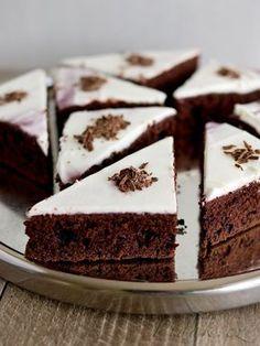 POTŘEBNÉ PŘÍSADY: Korpus: 300 g červené řepy (3 menší bulvy) 125 g másla 100 g hořké čokolády (50% kakaa a více) 180 g cukru krupice 3 vejce 30 g holandského ...