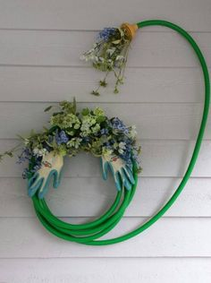 I've seen garden hose wreaths before but this arrangement is.- I've seen garden hose wreaths before but this arrangement is clever I've seen garden hose wreaths before but this arrangement is clever - Diy Garden, Garden Crafts, Garden Projects, Diy Projects, Bamboo Garden, Party Garden, Garden Bar, Herbs Garden, Garden Cottage