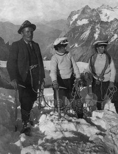 Jungfrau Schweiz, Bergsteiger auf dem Gipfel ullstein bild - ullstein bild/Timeline Images #1901 #Berner #Schweiz #Climbing #Klettern #Berge #Bergsteigen