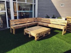 What is so special about this rustic pallet wooden made couch? I guess first one is the design which offers a combined stature, and the other thing is probably the quality of the shipping pallets. This intentional raw look has given it a real new life.