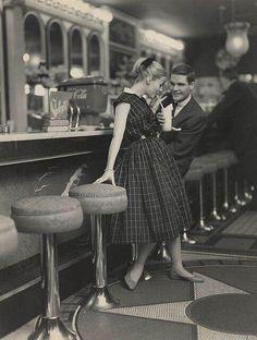 Vintage loveeeeeee ! Teenagers on a date in the 50s