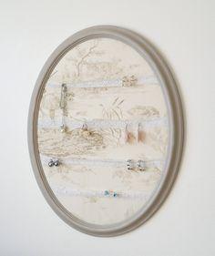 Cadre en résine patiné taupe, porte-bijoux, fond toile de Jouy et rubans dentelle (porte-photos) de la boutique atelierdelachoisille sur Etsy