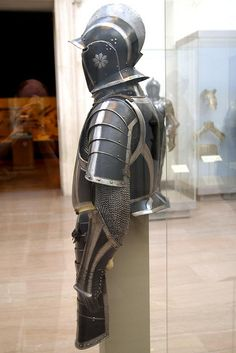 Black and white infantry armour | 출처: THoog