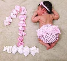 58 Ideas Baby Fashion Photoshoot Photo Ideas For 2019 Monthly Baby Photos, Newborn Baby Photos, Baby Poses, Baby Girl Pictures, Foto Baby, Newborn Baby Photography, Baby Milestones, Baby Month By Month, Babies