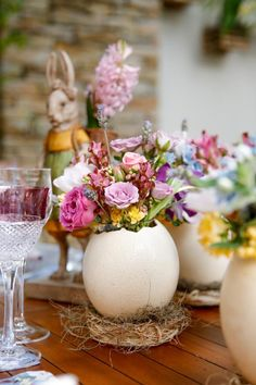 Clever and unique container for Easter bouquet. Easter Table Settings, Easter Table Decorations, Decoration Table, Easter Centerpiece, Ester Decoration, Easter Messages, Easter Wishes, Diy Ostern, Deco Floral