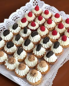 Find images and videos about fiesta, appetizers and aperitivos para fiestas on We Heart It - the app to get lost in what you love. Sweet Recipes, Cake Recipes, Dessert Recipes, Mini Cakes, Cupcake Cakes, Dessert Cups, Dessert Decoration, Mini Foods, Cookies And Cream