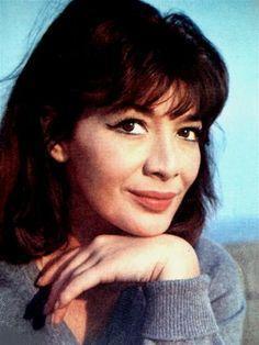 Juliette Gréco, née le 7 février 1927 à Montpellier, est une chanteuse et actrice française