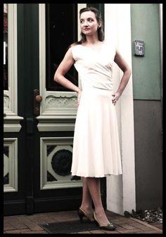 Elegantes weißes Kleid Aphrodite mit Drapierung von AnnKruthDesign