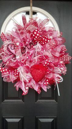 Valentine's Day Wreath Idea Valentine Day Wreaths, Valentines Day Decorations, Valentine Day Crafts, Holiday Wreaths, Holiday Crafts, Mesh Wreaths, Valentine Ideas, My Funny Valentine, Valentine Day Love
