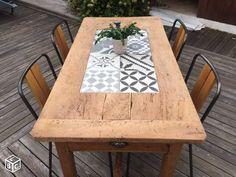 Table de ferme rénovée avec carreaux de ciment