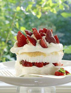 Biscuit de Savoie aux fraises. Pour lmes fêtes, remplacez les fraises par des framboises ou de morceaux de mangue et d'ananas frais parsemés de vanille