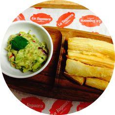 Yuca frita acompañada de guasacaca ∞ Fried yucca with avocado sauce.