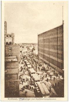 Panorama van de Emmasingel met de hoofkantoorgebouwen van Philips (einde werktijd) Boekhandel & drukkerij A. van Haaren (drukker);  1900