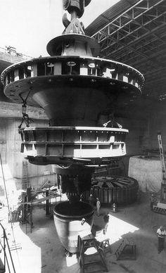 Imagen tomada durante la instalación de una de las turbinas de la central de Azután, en Toledo. La planta se construyó en 1969.